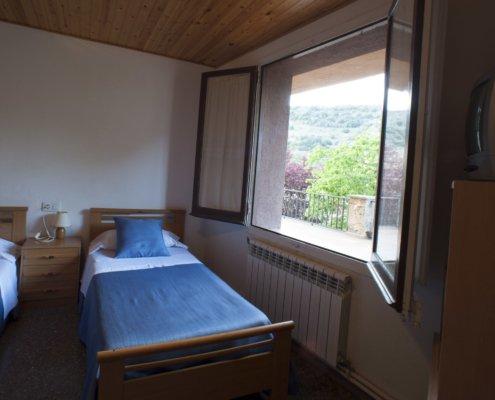 Habitació amb llits individuals i vistes