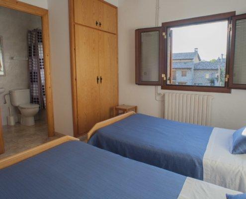 Habitació amb llits individuals i bany